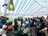 テントの下でヴィラデストのワイナリー祭り。