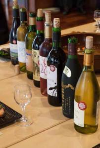 シンポジウムの後のワイン会には自慢の桔梗ヶ原ワインがたくさん。